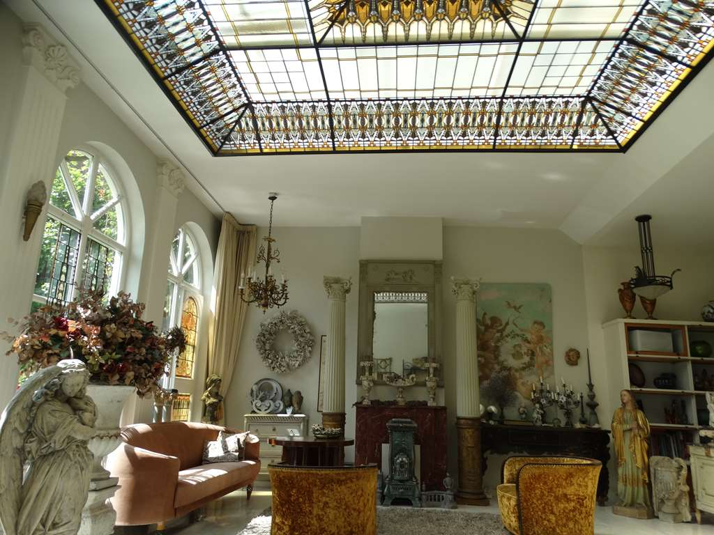 kom binnenkijken in de unieke woning met amsterdamse school glas in lood plafond gelegen naast emmakade antiek