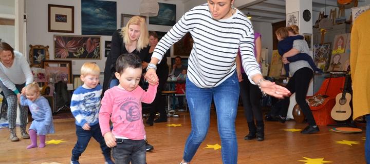 Dansen in kinderboekwinkel De Toverlantaarn